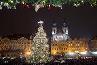 Vánoce v Praze začaly: Na Staromáku sledovaly tisíce lidí rozsvěcení stromečku