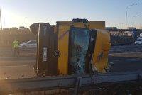 Převrácený kamion zablokoval dopravu na Černém Mostě. Řidič nezvládl zatáčku