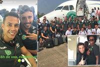 Naposledy spolu: Fotbalisté ze zříceného letadla pózují před odletem na nejdůležitější zápas v kariéře