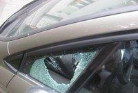 To je terno: Zloděj rozbil okénko u auta a sebral mikinu za padesát korun!