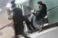 Útočník v metru skopl mladou ženou ze schodů: Do případu se zapletl bodyguard Lady Gaga