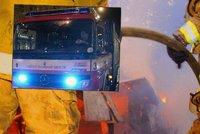 Na Nymbursku hořel dům: Hasiči z plamenů zachránili ženu