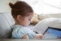 Půjčujete dětem tablet? Mohou mít problémy s řečí i pomočováním, varují pediatři