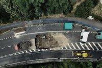 Na Vysočanské se propadla silnice! Tramvaje tudy nepojedou celý den