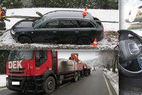 """Audinu odhodil náklaďák do dřevěných """"svodidel"""": Prošpikovaly ji dva kůly"""