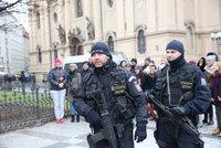 Policisté vyrazí na Velikonoce se samopaly do ulic. Připravená je i armáda