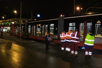 V Kobylisích vykolejila tramvaj: Kvůli šále na kolejích