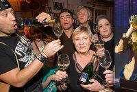 Divoká oslava Silvestra: Kostková nasávala přímo na jevišti! Whiskey přímo z flašky