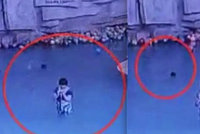Matka si hrála s mobilem a zapomněla na syna: Chlapeček (†4) se utopil
