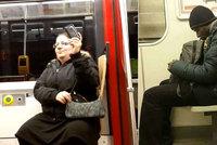 """Černoch pod reklamou na """"černou hubu"""", Jana fotící selfie. Tihle cestující baví internet"""