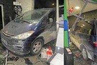 Řidič v Karviné doklouzal až do servisu: Zastavit dokázal až po proražení výlohy