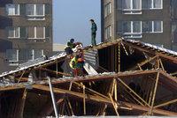 V Novém Boru se pod tíhou sněhu zřítila střecha domu. Nikoho tam nenašli