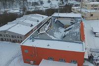 """Vteřiny před pádem střechy v Třebové: """"Kluci lomcovali dveřmi,"""" popsal rozhodčí"""