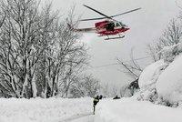 Blízko hotelu zavaleného lavinou se zřítil vrtulník. Převážel raněného lyžaře