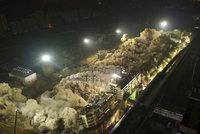 Obří demolice v Číně: Pod 19 budovami naráz vybouchlo 5 tun trhaviny