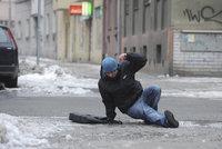 Muž uklouzl na chodníku v Praze. Dostane milion korun jako odškodné