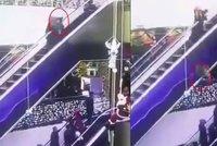 Hrůzné video: Matce eskalátor vcucl šaty, upustila dítě, které pád nepřežilo