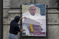 """""""Kde je tvé milosrdenství?"""" 200 plakátů s kritikou papeže zmizelo z cetra Říma"""