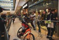 Na horském kole po eskalátorech a skrz obchodní centrum: DownMall přilákal stovky Pražanů