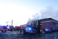 Hasič je po zásahu ve Zvoli v kritickém stavu: Lakovna hoří už druhý den