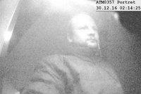 Zloděj v tramvaji obral opilce: Ukradl mu i platební kartu, dostal z ní 7 500 Kč