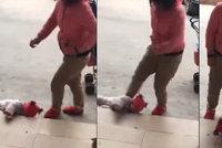 Děsivé video: Matka surově kopala do malého dítěte! Vadilo jí, že pláče