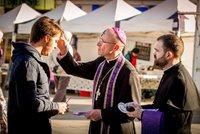 Bez masa či radovánek: Křesťanům Popeleční středou začal půst. Potrvá 40 dnů