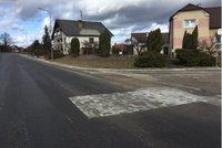 V Dačicích šel rozum stranou? Asfaltovou silnici záplatovali zámkovou dlažbou