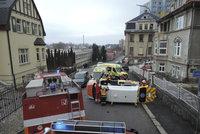 Srážka sanitky a osobáku v Jablonci: Pacientku museli vyprošťovat hasiči