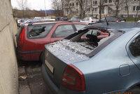 Děti na Černém Mostě házely kameny na auta: Několik jich zničily