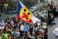 Až tisíc lidí demonstrovalo v Praze za zbraně. Měli i rakev střeleckých metálů