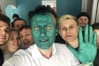 Útok na Putinova kritika: Navalnému chrstli do obličeje dezinfekci
