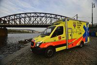 Tragédie na Šumpersku: Starší muž vystoupil z rychlíku na opačnou stranu, smetl ho projíždějící vlak!