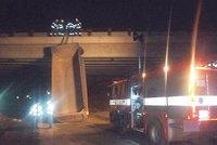 Náklaďák uvízl u Velkého Meziříčí pod mostem: Řidič omylem zvedl korbu