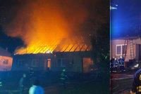 Požár rodinného domu na Zlínsku zapálil i sousední dům: 6 lidí včetně tří dětí v nemocnici