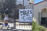 Lupiče na útěku zastavil plot: Muž visel se staženými kalhotami hlavou dolů až do příjezdu policie