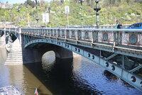 Poničené zábradlí Čechova mostu čekají opravy. Při rekonstrukci se musí použít původní materiály
