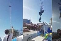 Video jen pro silné povahy: Dívka vypadla z atrakce na pouti. Její život visel na vlásku