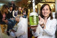 Zelený čtvrtek: Papež umyje nohy mafiánům, Češi si připijí zeleným pivem