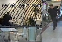 Dívka seděla v kavárně a měla mobil na stole. Muž přišel, vzal ho a utekl