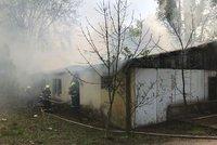 V Nemocnici Na Bulovce zasahují hasiči: Hoří tu jedna z budov