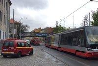 Dopravu na Smíchově zkomplikovala stržená trolej: Oprava se protáhla do odpoledne
