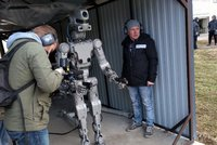 Rusové představili kyborga Fedora. Střílí obouruč, míří do vesmíru a děsí Západ