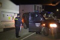 Na schodech v Čerčanech našli mrtvého muže. Příčina smrti je nejasná