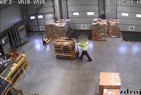 Zloděj amatér: Skladník zkoušel z firmy odnést zboží, zapomněl ale na kamery
