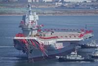 Čína spustila na vodu první letadlovou loď vlastní výroby. Jednu má z Ukrajiny