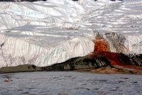 Záhada děsivého Krvavého vodopádu objasněna! Za rudé zbarvení může jezero staré milion let