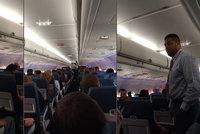 Další skandál aerolinek: Muže vyhodili z letadla, protože použil moc brzy WC
