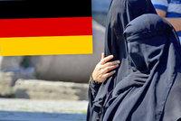 Němci nutí úřednice svléknout burky: Muslimky se odhalí i při kontrolách