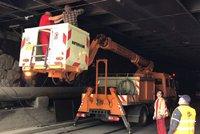 U Strašnické poškodil náklaďák trolej. Místo tramvají jezdí autobusy